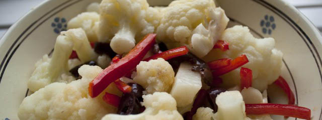 Cauliflower salad with peppers and olives